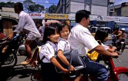 Các em học sinh tiểu học trên đường đến trường. AFP photo