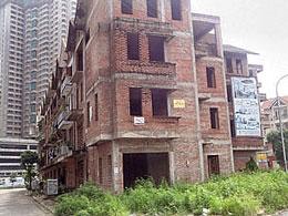 Nhiểu công trình xây dựng phải bỏ dở dang vì cụt vốn. RFA