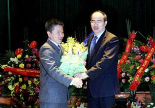 Phó Thủ tướng Nguyễn Thiện Nhân tặng hoa chúc mừng GS Ngô Bảo Châu tại lễ ra mắt. Photo: BP/phapluattp.vn