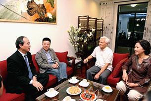 Phó Thủ tướng Nguyễn Thiện Nhân trò chuyện với gia đình giáo sư Ngô Bảo Châu tại căn hộ mới. Căn hộ chính phủ tặng GS Ngô Bảo Châu trị giá hơn 12 tỷ đồng. (Diễn đàn doanh nghiệp)