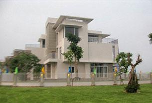 Tập đoàn Tuần Châu hồi tháng 9/2022 đã  chính thức trao tặng Viện Nghiên cứu cao cấp về Toán căn biệt thự trị giá 3 triệu USD tại khu du lịch Tuần Châu, Hạ Long, tỉnh Quảng Ninh. Source dothi.net