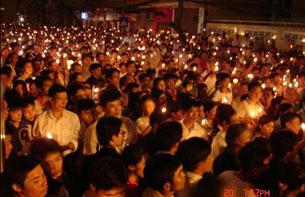 Bất chấp tình hình càng lúc càng căng thẳng, hàng ngàn giáo dân vẫn tập trung cầu nguyện tại khu vực Tòa Khâm Sứ Hà Nội tối Chủ nhật 21-9-2008.