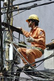 Công nhân kỹ thuật về ngành điện. AFP