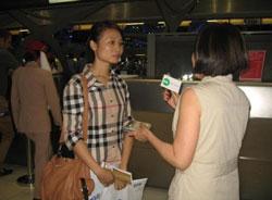 Cô Lê Thị Bích Trinh, một trong những giáo dân từ Cồn Dầu đã sang Hoa Kỳ định cư hôm 20 tháng 8 năm 2012. RFA PHOTO.