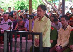 Bà Y Gyin, người bị tuyên án ba năm tù tại phiên xử sơ thẩm lưu động, diễn ra tại xã Hra, huyện Mang Yang, tỉnh Gia Lai, hôm thứ Ba ngày 28 tháng 5 năm 2013. Photo courtesy of gialai.vn