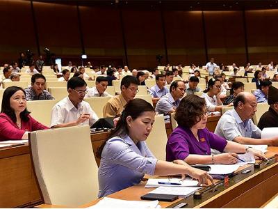 Các đại biểu Quốc hội Việt Nam bấm nút thông qua Luật an ninh mạng ngày 12 tháng 6 năm 2018.