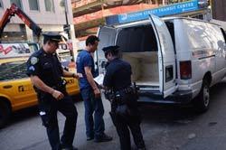 Cảnh sát kiểm tra xe gần khu Trung tâm Thương mại Thế giới vào ngày 9 tháng 9 năm 2011. AFP photo