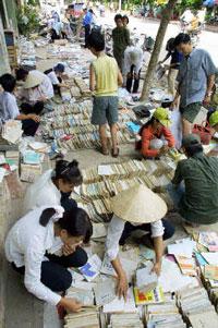 Do sách vở còn đắt học sinh sinh viên vẫn phải tìm mua sách cũ về học. AFP