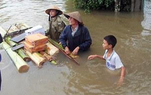Người dân vùng lũ Hà Tĩnh đi nhận hàng cứu trợ  bằng... bè chuối hôm 18/10.