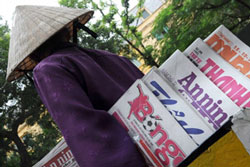 Việt Nam hiện có hơn 700 tờ báo nhưng tất cả điều phải chịu sự kiểm soát, chi phối của Đảng và Nhà nước. AFP PHOTO.
