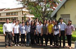 Ông Christian Merchant và các sinh viên trường ĐH Tây Nguyên. Photo courtesy of usembassy.