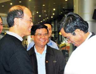 Các Cha trong Tòa Tổng Giám Mục đón Đức tổng giám mục Ngô Quang Kiệt tại sân bay quốc tế Nội Bài sáng 09-04-2010.