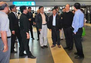 Các Cha trong Tòa Tổng Giám Mục đón Đức tổng giám mục Ngô Quang Kiệt tại sân bay quốc tế Nội Bài sáng 09-04-2010. Photo courtesy Vietcatholic.