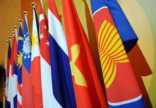 Cờ Asean (phải) và Quốc Kỳ các nước trong khối Asean.