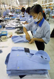 Công nhân xưởng Dệt 10 đang sản xuất quần áo may sẵn để xuất khẩu ra nước ngoài. AFP photo