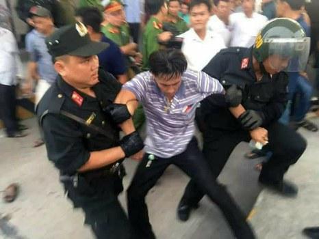 Hình mình họa. Một tài xế phản đối BOT Cai Lậy, Tiền Giang, bị bắt giữ năm 2017.