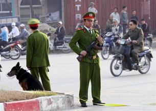 Công an Việt Nam trên đường phố Hà Nội trong buổi thực tập gữi gìn an ninh. AFP