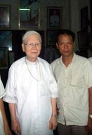 Đức TGM Cao Đình Thuyên và Người Buôn Gió. Photo courtesy of x-cafevn.org.