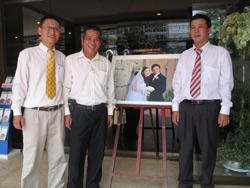 Từ trái sang: Anh Phan Thanh Hải (Blogger Anh Ba SG), Anh Nguyễn Ngọc Quang và Anh Lê Trần Luật tại Lễ cưới Vợ Chồng Blogger Uyên Vũ hôm 30.05.2010. Photo courtesy of CLBNBTD.