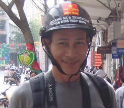 Blogger Điếu Cày trước lúc bị bắt hôm 23/12/2007. Photo courtesy of ĐiếuCày's Facebook.