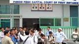 Các phóng viên trong và ngoài nước tập trung trước Tòa án sơ thẩm Thủ đô Phnom Penh, 30 Dec, 2010