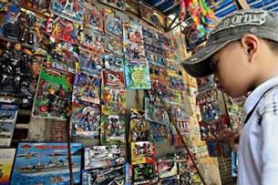 Các đồ chơi được bày bán là hàng nhập, phần nhiều là của TQ