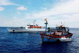 Tàu Trung Quốc bắt tàu đánh cá Việt Nam hồi năm 2009. Photo  courtesy of Lyson Forum.