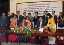 Đại diện Xí nghiệp TTTB Quang Minh và đại diện Tập đoàn CMC Trung Quốc ký hợp đồng tổng thầu E.P.C dự án xi măng Trường Sơn, Hải Phòng, hôm 15/05/2010. Photo courtesy of congthuong.com.vn