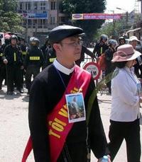 Một tín đồ Công giáo ở Hà Nội. AFP Photo/Ian Timberlake