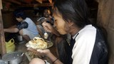 Công nhân ngoại quốc ăn trưa trong giờ nghỉ tại một xưởng làm ở Kuala Lumpur