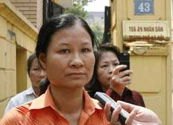 Bà Lý Thị Tuyết Mai trước tòa án xử Thầy giáo Vũ Văn Hùng hôm 07/10/2009. Photo courtesy of AnhBasgBlog.