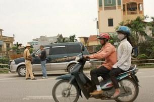 Công an giao thông kiểm tra giấy tờ xe của người lái xe tại Hà Nội hôm 25/04/2010.