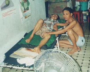 Mục sư Dương Kim Khải và vợ bị bệnh nằm liệt giường.