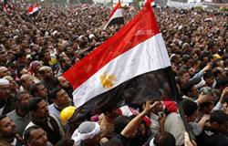 """Hàng chục ngàn người biểu tình tại Công trường Tahrir hôm 04/02/2011 cho biến cố """"Ngày lên đường"""" đòi TT Hosni Mubarak từ chức sau khi ông tuyên bố không thể ra đi vào lúc này vì sợ Ai Cập sẽ bị hỗn loạn. AFP Photo/Mohammed Abed."""