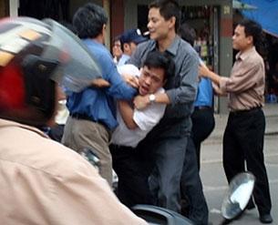 Hình ảnh công an thường phục bắt anh Nguyễn Tiến Nam tại chợ Đồng Xuân. Ảnh minh họa. AFP