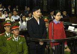 Luật sư Nguyễn Văn Đài và luật sư Lê Thị Công Nhân bị mang ra xét xử tại Hà Nội (2007). Photo courtesy of VietNamNet.