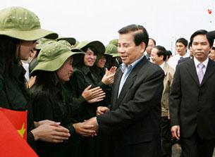 Chủ tịch nước Nguyễn Minh Triết ra thăm nói chuyện với Thanh niên xung phong ở đảo Bạch Long Vĩ.Courtesy baotuyenquang online<br />