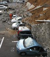 Hàng trăm xe bị nghiền nát bởi những tòa nhà sụp đổ trong thành phố Mito tỉnh Ibaraki sau trận động đất lớn 8.8 độ Richter làm rung chuyển Nhật Bản