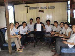 Mục Sư Nguyễn Hồng Quang cầm lệnh cưỡng chế hội thánh Mennonite. Photo courtesy of vietnameseutah.