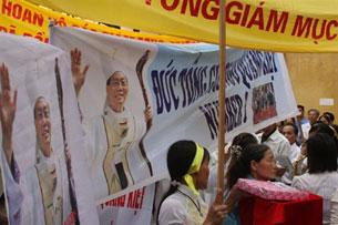 Hôm 7-5-2010, nhân lễ chào đón Tổng giám mục phó Hà Nội, giáo dân đã mang theo nhiều hình ảnh, biểu ngữ ủng hộ Tổng giám mục Ngô Quang Kiệt.
