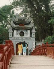 Cầu Thê Húc ở Hà Nội. Photo by Dolinh