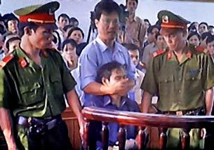 Tấm ảnh lịch sử- Linh Mục Nguyễn Văn Lý bị bịt miệng ngay tại phiên tòa trước mặt công chúng. RFA file