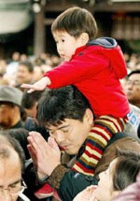 Hai cha con người Nhật trong ngày lễ đón mứng năm mới. AFP PHOTO