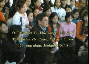 Ông Trần Việt Tú, phó TLS tòa đại sứ VN, Cairo, Ai Cập, tiếp xúc với 176 công nhân VN tại Jordan hôm 01/03/2008. Hình chụp từ youtube.