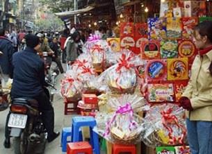 Một gian hàng bán mứt kẹo Tết. AFP