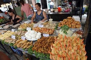 Thực phẩm ăn liền được bầy bán thoải mái. AFP