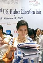 Sinh viên tham khảo các chương trình du học. AFP photo