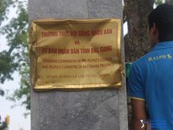 Bảng hiệu trụ sở UBND tỉnh Bắc Giang bị đập phá ngay trong chiều 25/7 do dân chúng quá bất bình về cái chết của anh Khương. Photo courtesy of TTXVA.com