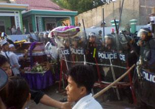 Công an đàn áp đám tang của bà cụ maria Đặng Thị Tân (hình 2)