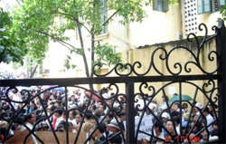 Giáo dân vẫn tập trung cầu nguyện.  Photo courtesy of Vietcatholic